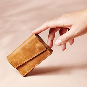 Wir haben uns auf kompakte, flache Portemonnaies aus Naturleder spezialisiert.