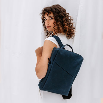 Zu unseren Rucksäcken gehören Daypacks und Wickelrucksäcke.