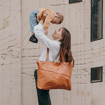 Zu unseren Wickeltasche gehört auch eine Aufhängung für den Kinderwagen.