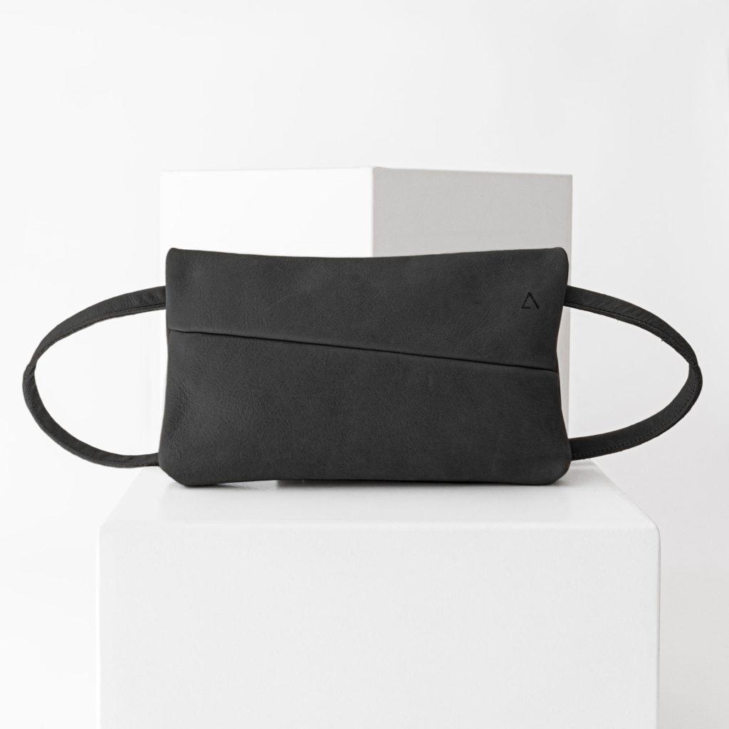3-in-1-Tasche ISA aus nachhaltigem Naturleder in Kohle mit dezenter Logoprägung und verstellbarem Träger