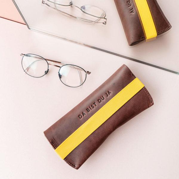Brillenetui LUK in Dunkelbraun mit gelbem Verschlussband Rückseite mit individueller Prägung