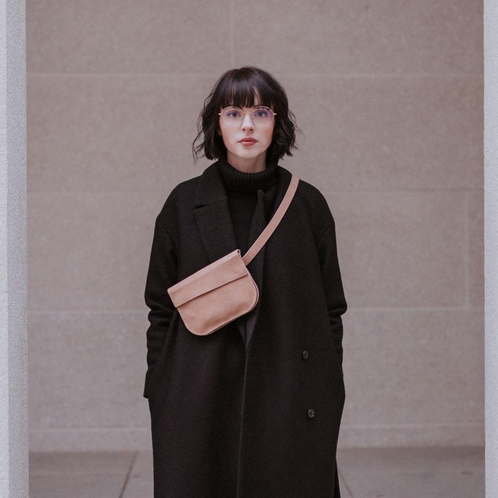 Model trägt Crossbody Bag TEA in der Farbe Hellbraun crossbody.