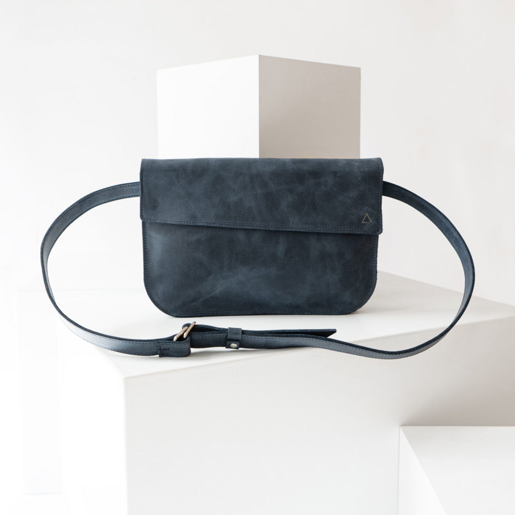Crossbody Bag TEA Large in der Farbe Dunkelblau.