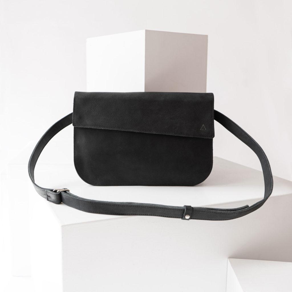 Crossbody Bag Tea Large in Kohle aus nachhaltigem Leder.