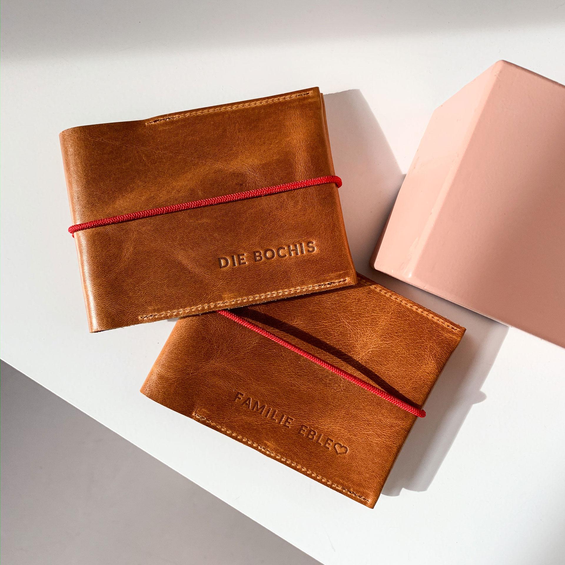 Mood Shot Familienreisepasshüllen EVE aus nachhaltigem Naturleder in Cognac geölt mit rotem Verschlussband und individueller Prägung