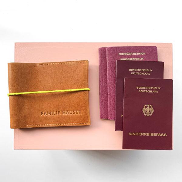 Familienreisepasshülle EVE aus nachhaltigem Naturleder in Cognac geölt mit gelbem Verschlussband und individueller Prägung
