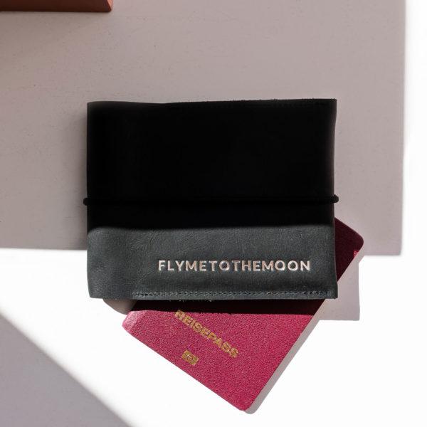 Mood Shot Familienreisepasshülle EVE aus nachhaltigem Naturleder in Kohle mit schwarzem Verschlussband und individueller Prägung in Silber
