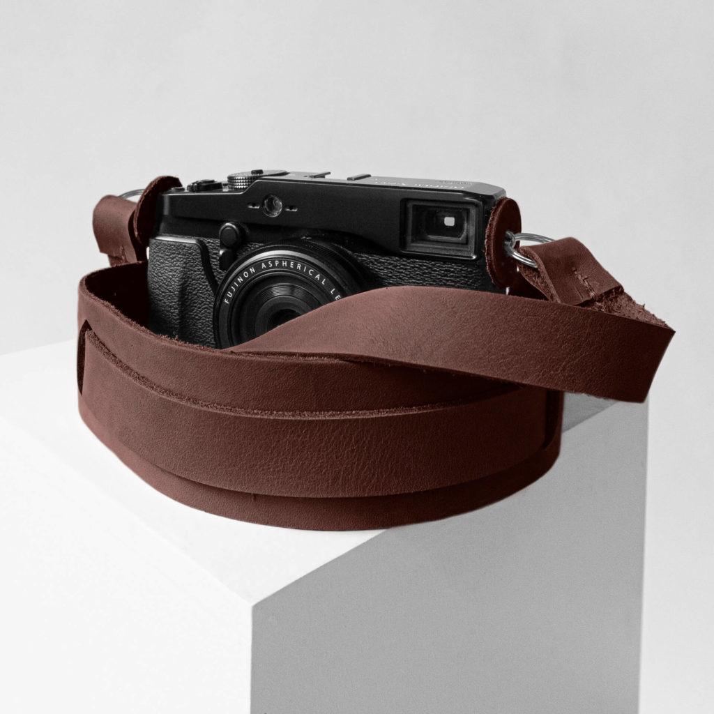 Detailaufnahme Kameragurt HAN in der Farbe Dunkelbraun.
