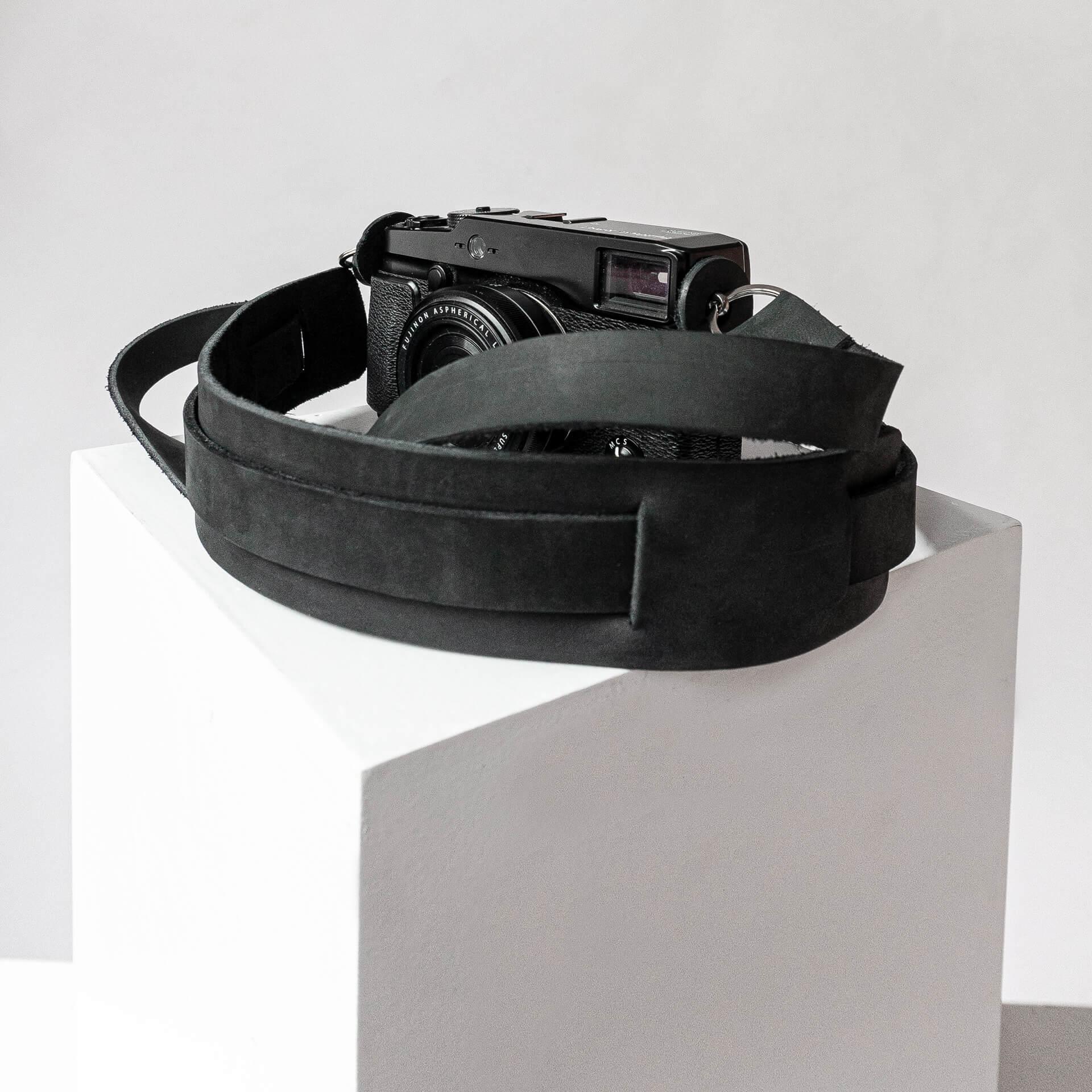 Detailaufnahme Kameragurt HAN in der Farbe Kohle.