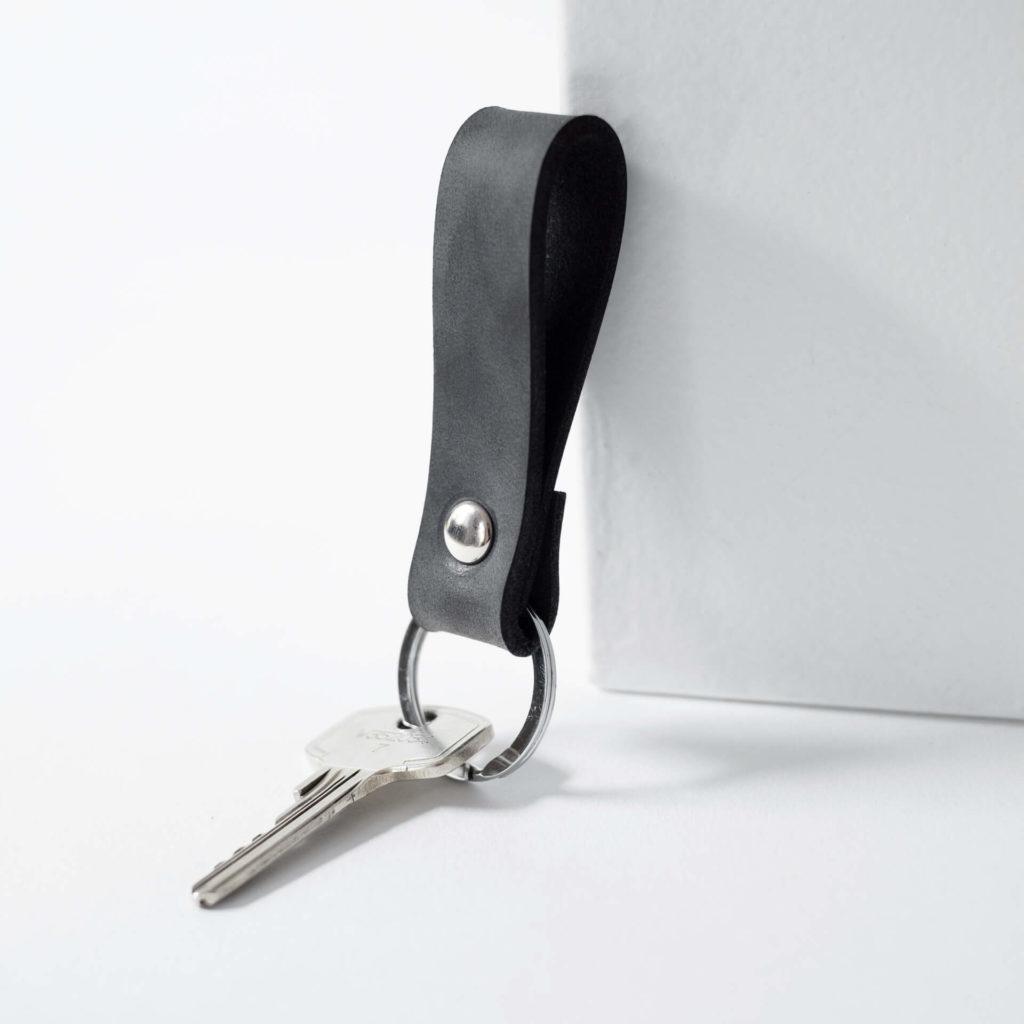 Schlüsselband LOC Small in der Farbe Kohle.
