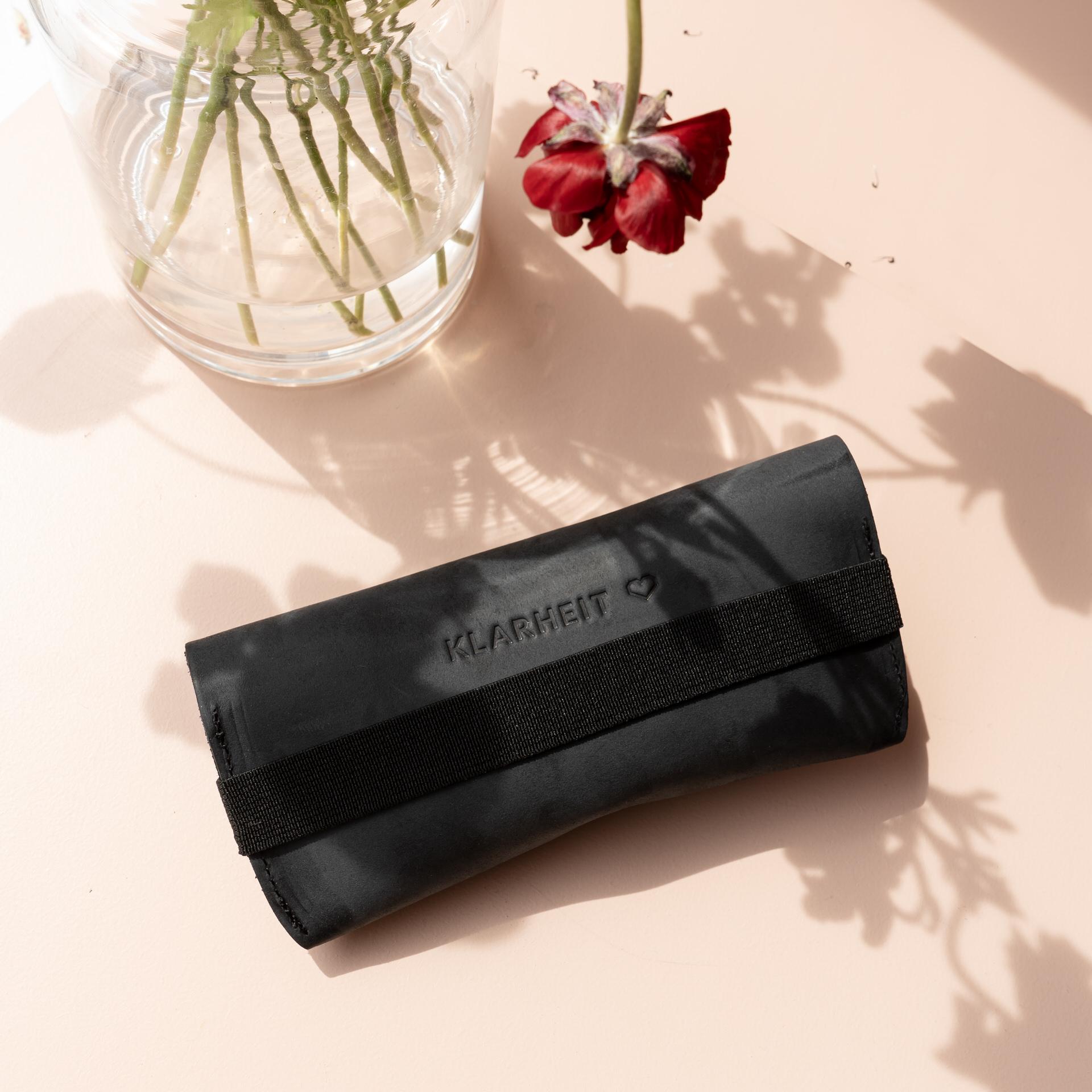 Brillenetui LUK in Kohle mit schwarzem Verschlussband Rückseite mit individueller Prägung Klarheit