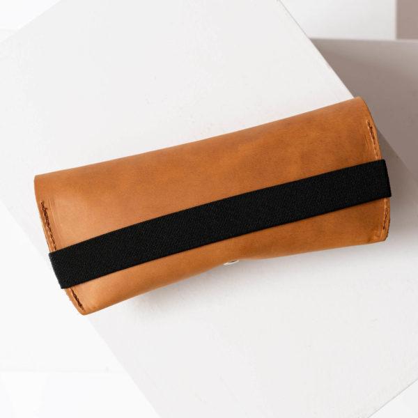 Brillenetui LUK aus nachhaltigem Naturleder in Cognac mit schwarzem Verschlussband Rückseite ohne Prägung