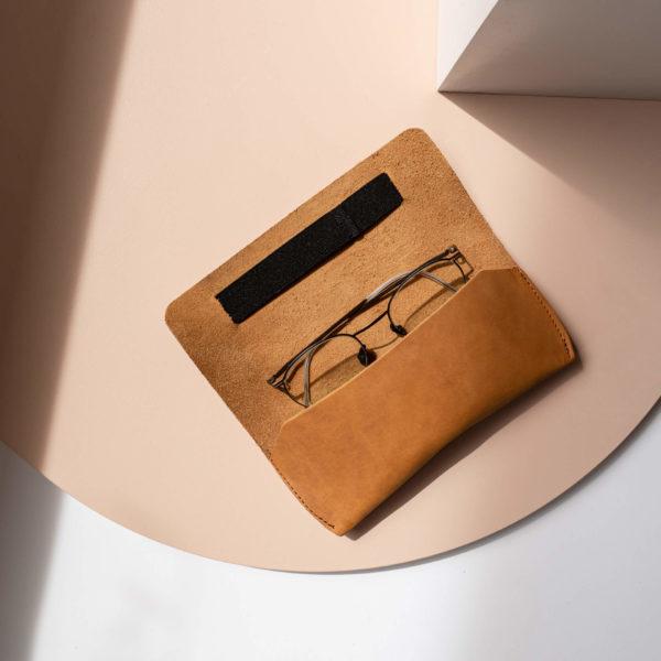Brillenetui LUK aus nachhaltigem Naturleder in Cognac mit schwarzem Verschlussband aufgeklappt mit Brille