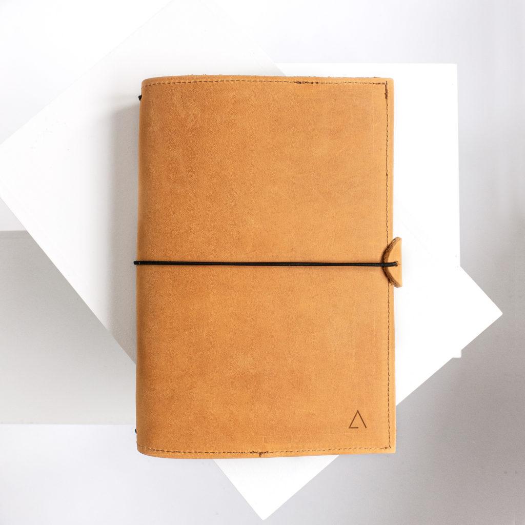 Notizbuchhülle NOA A5 in der Farbe Cognac.