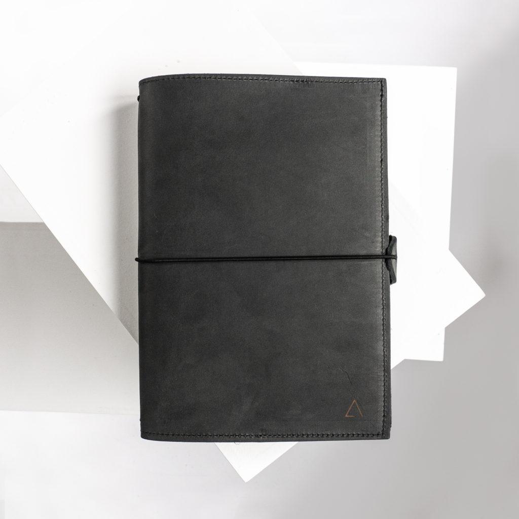 Notizbuchhülle NOA A5 in der Farbe Kohle.