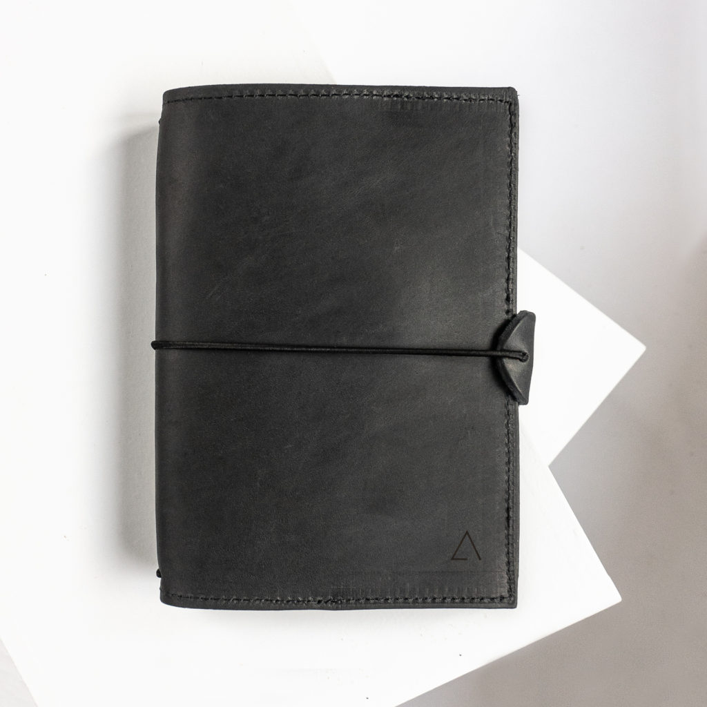 Notizbuchhülle NOA A6 in der Farbe Kohle.