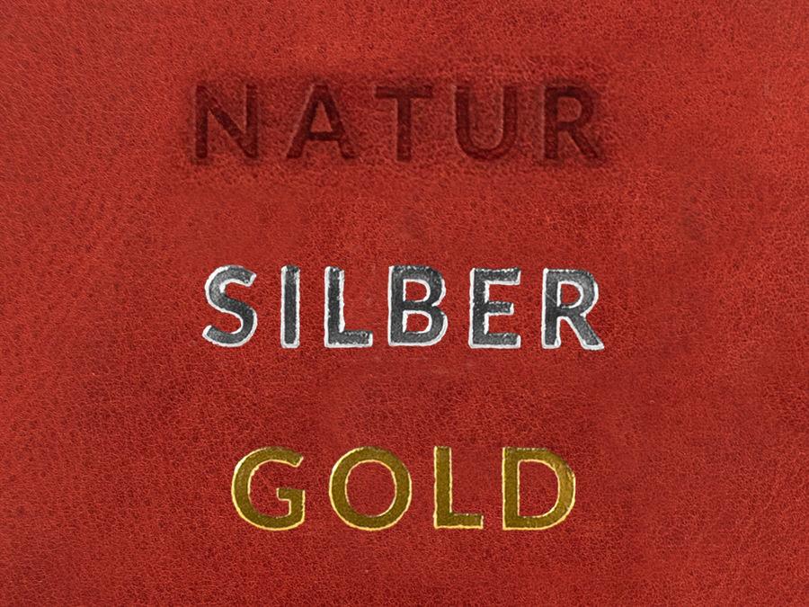 Beispiel wie eine Prägung auf hellbraunem Leder aussieht