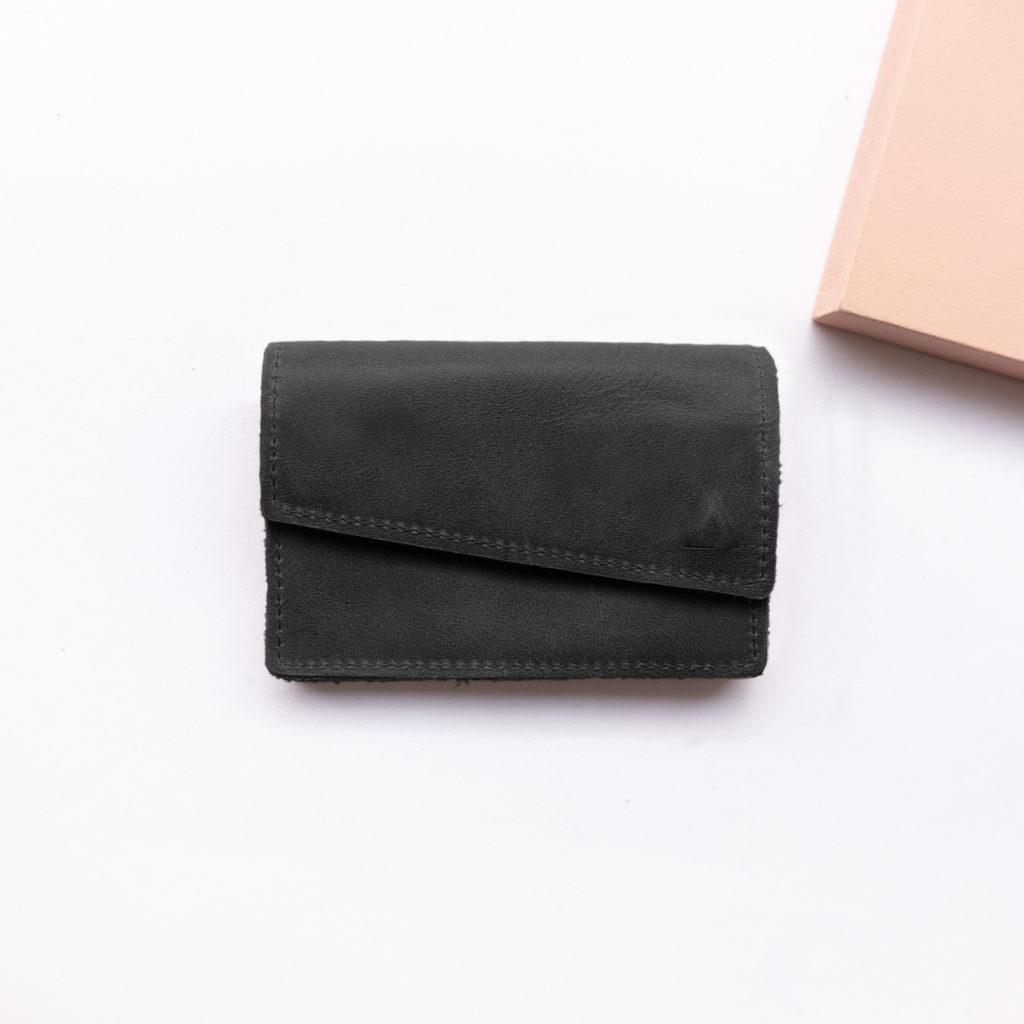 Minimalistisches Portemonnaie ENO aus Naturleder in Kohle von vorn mit Logoprägung