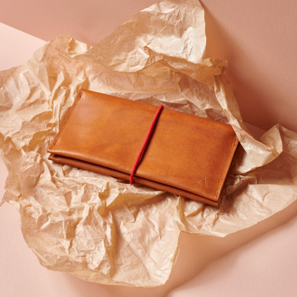 Portemonnaie OLI XLARGE cognac geölt aus nachhaltigem Naturleder mit rotem Band