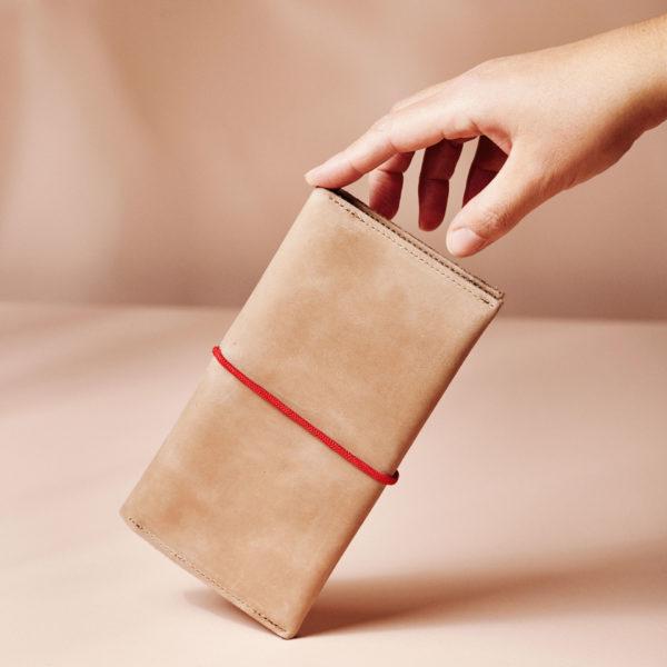 Portemonnaie OLI XLARGE Hellbraun mit rotem Band aus nachhaltigem Naturleder