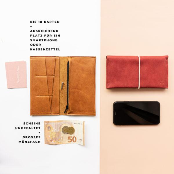 Brieftasche OLI XLARGE mit Platz für bis zu 18 Karten, ungefaltene Geldscheine, ein Smartphone und Kassenzettel mit großem Münzfach im Größenvergleich mit Handy