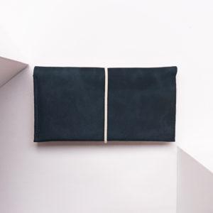 Portemonnaie OLI XLARGE aus nachhaltigem Naturleder in Dunkelblau mit cremefarbenem Verschlussband
