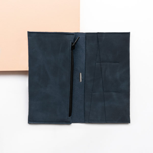 Portemonnaie OLI XLARGE aus nachhaltigem Naturleder in Dunkelblau aufgeklappt mit Steckfächern und großem Münzfach