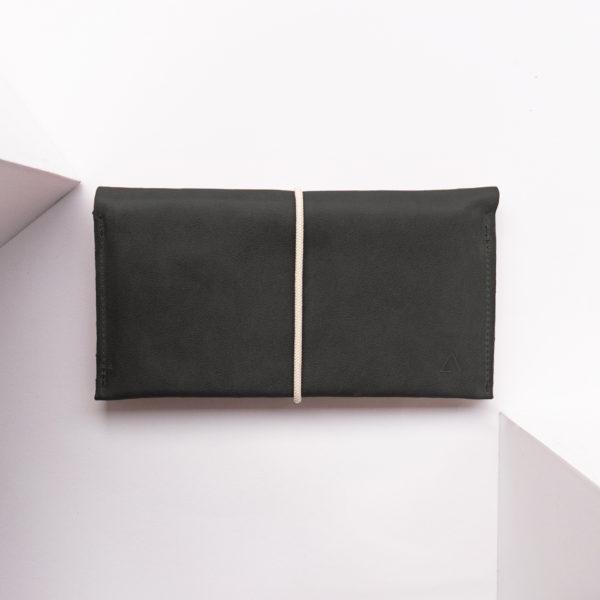 Portemonnaie OLI XLARGE aus nachhaltigem Naturleder in Kohle mit cremefarbenem Verschlussband
