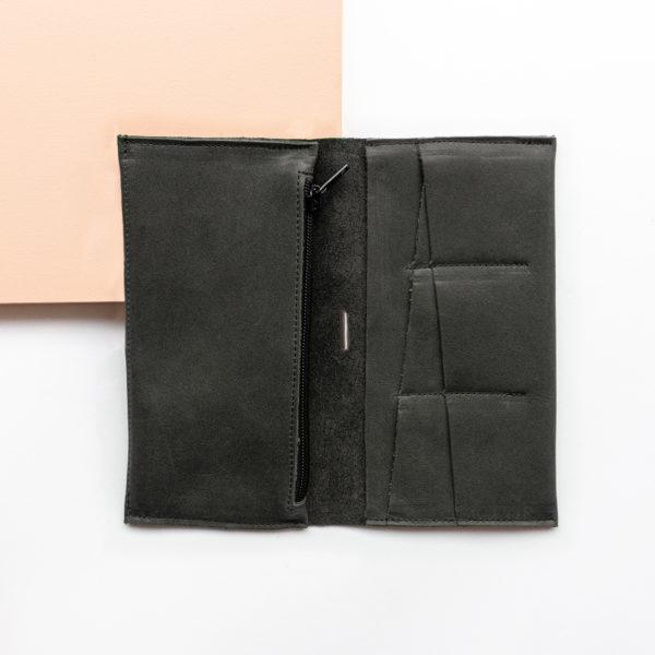 Portemonnaie OLI XLARGE aus nachhaltigem Naturleder in Kohle aufgeklappt mit Steckfächern und großem Münzfach