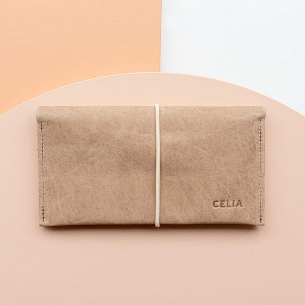 """Portemonnaie OLI XLARGE aus nachhaltigem Naturleder in Hellbraun mit cremefarbenem Verschlussband und individueller Prägung """"Celia"""""""