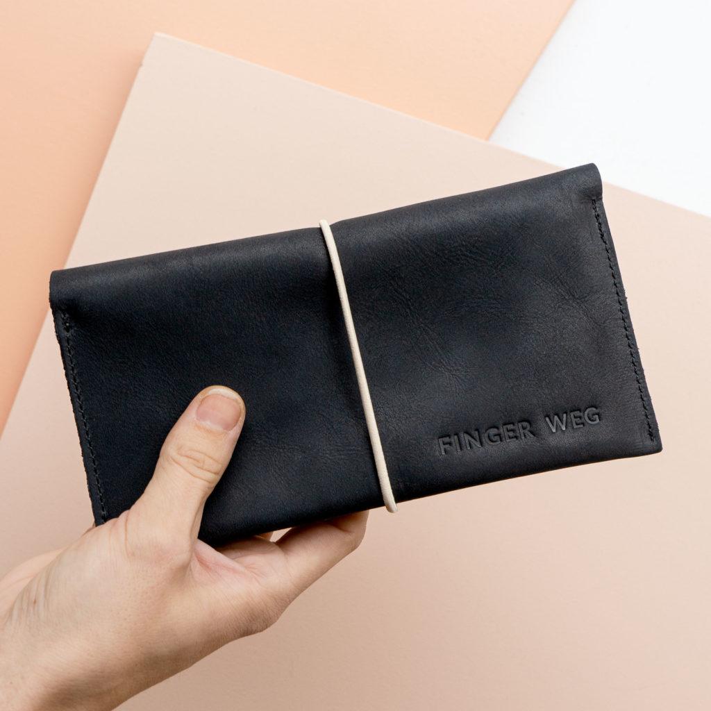 Portemonnaie OLI XLARGE in Kohle mit cremefarbenem Verschlussband und individueller Prägung