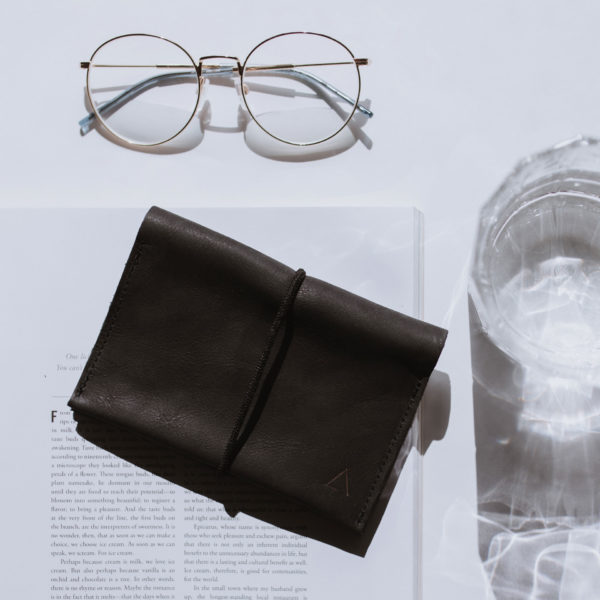 Portemonnaie Oli Large in Kohle mit schwarzem Band aus nachhaltigem Leder