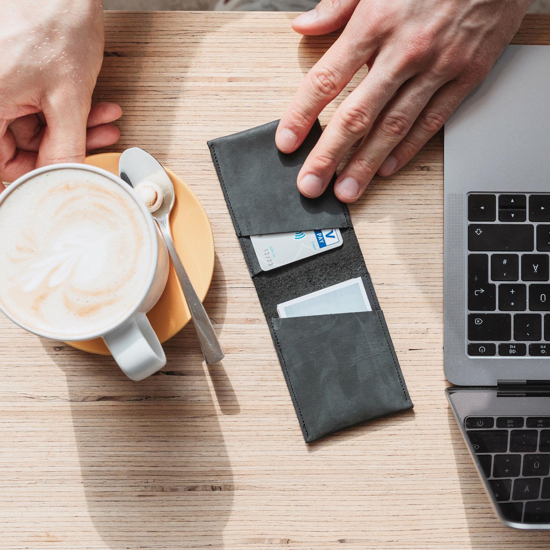 Portemonnaie Oli Small in Steingrau , gefüllt mit Visitenkarten und Kreditkarte