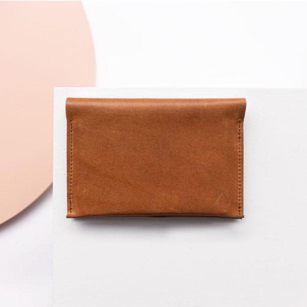 Brieftasche OLI LARGE aus nachhaltigem Naturleder in Cognac geölt von vorn mit Logoprägung