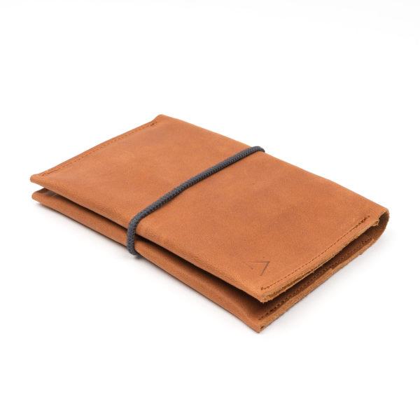 Brieftasche OLI LARGE aus nachhaltigem Naturleder in Cognac geölt mit grauem Verschlussband