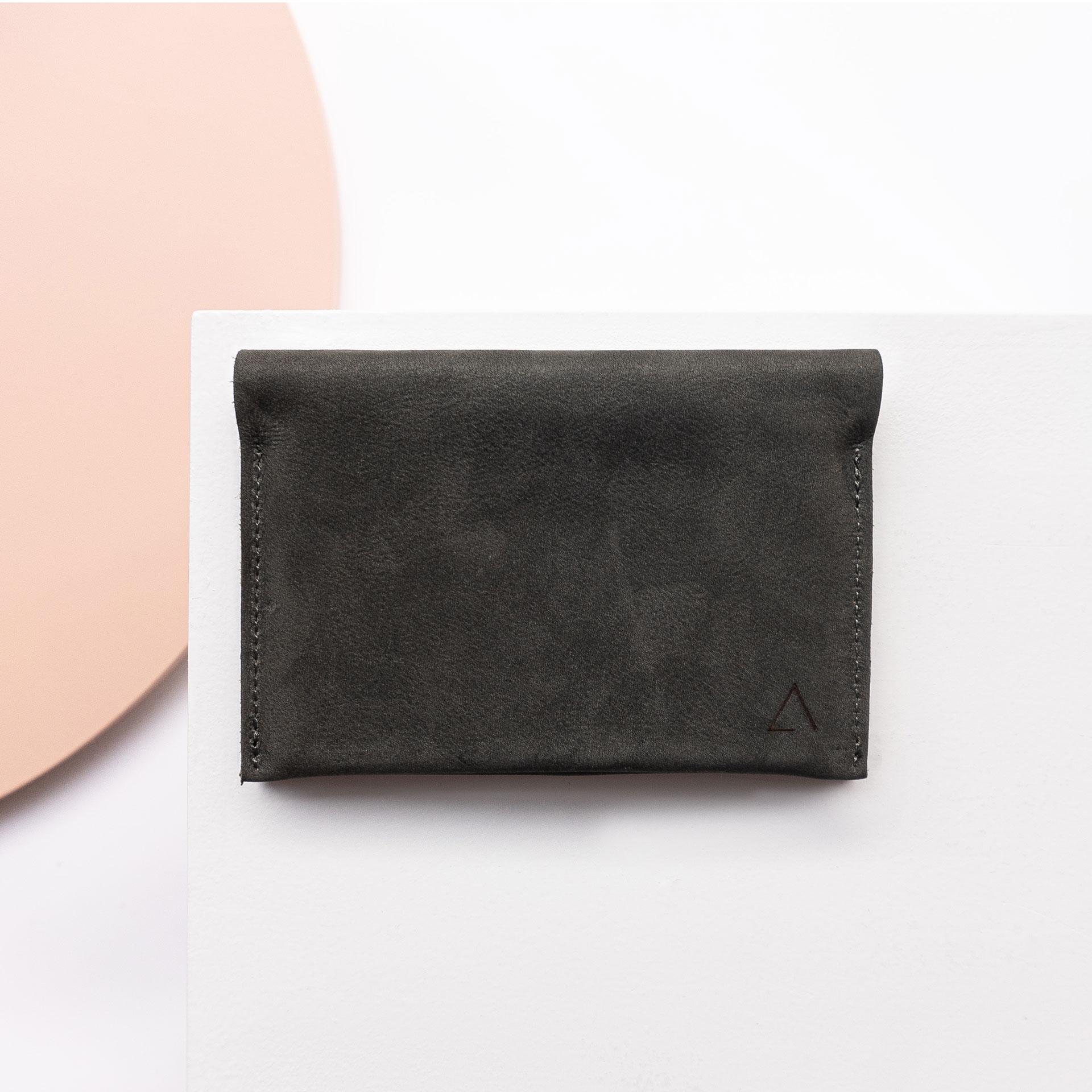 Portemonnaie OLI LARGE aus Naturleder in Kohle von vorn mit Logoprägung