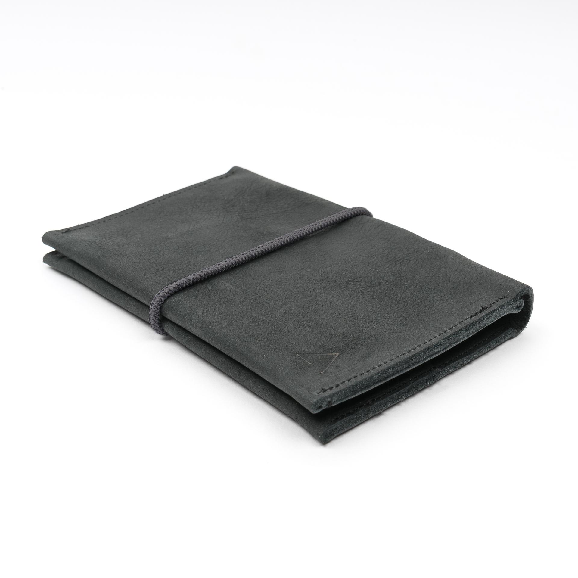 Portemonnaie OLI LARGE aus nachhaltigem Naturleder in Kohle mit grauem Verschlussband