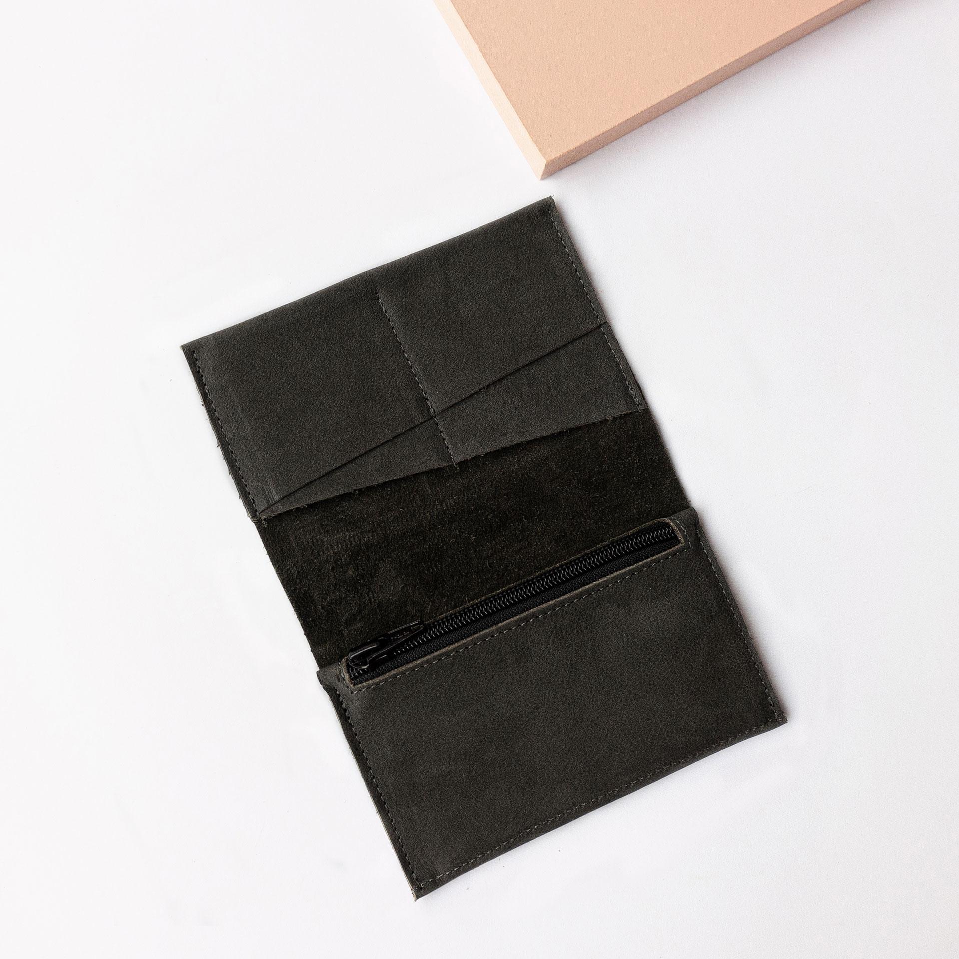 Portemonnaie OLI LARGE aus Naturleder in Kohle aufgeklappt mit Steckfächern und Münzfach