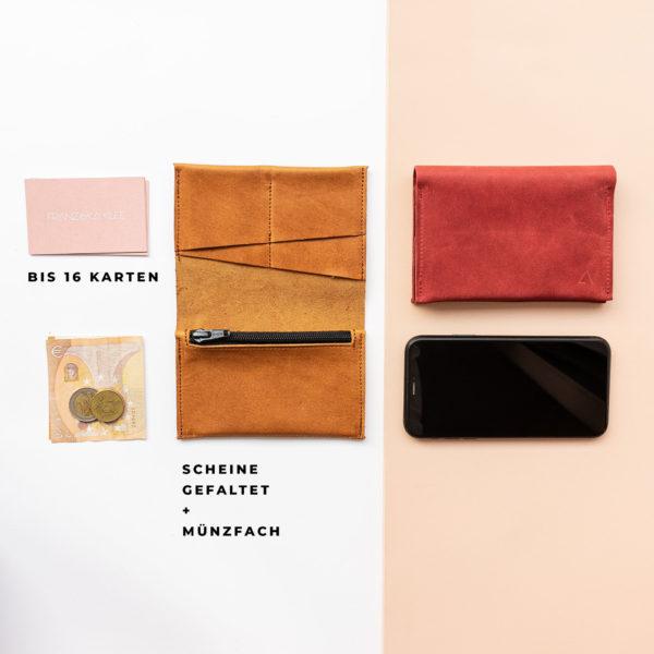 Brieftasche OLI LARGE von Innen mit Platz für bis zu 16 Karten, gefaltene Geldscheine und Münzen im Größenvergleich mit Handy