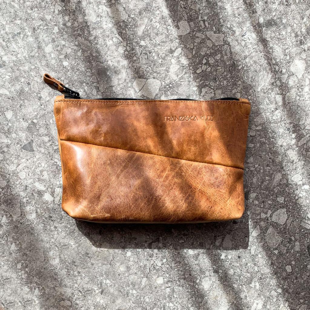Kosmetiktasche Pouch FRA aus nachhaltigem Naturleder in Cognac geölt mit Logoprägung von vorn