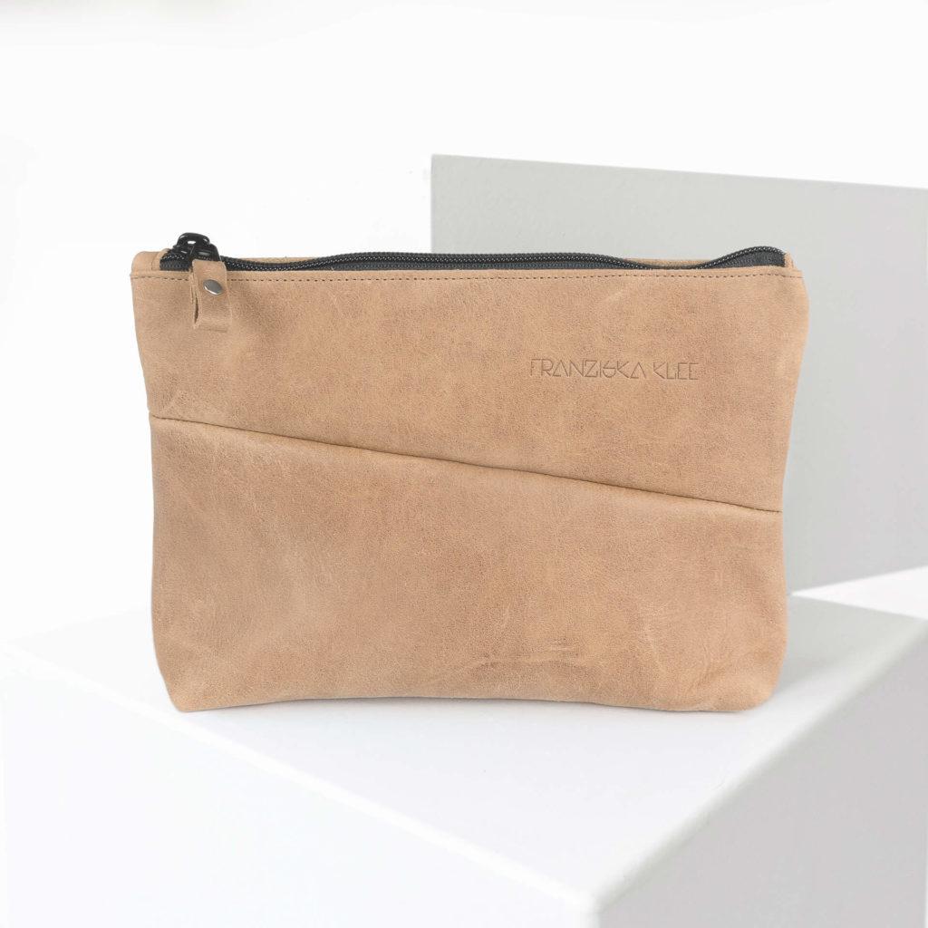 Kosmetiktasche Pouch FRA aus nachhaltigem Naturleder in Hellbraun mit Logoprägung von vorn