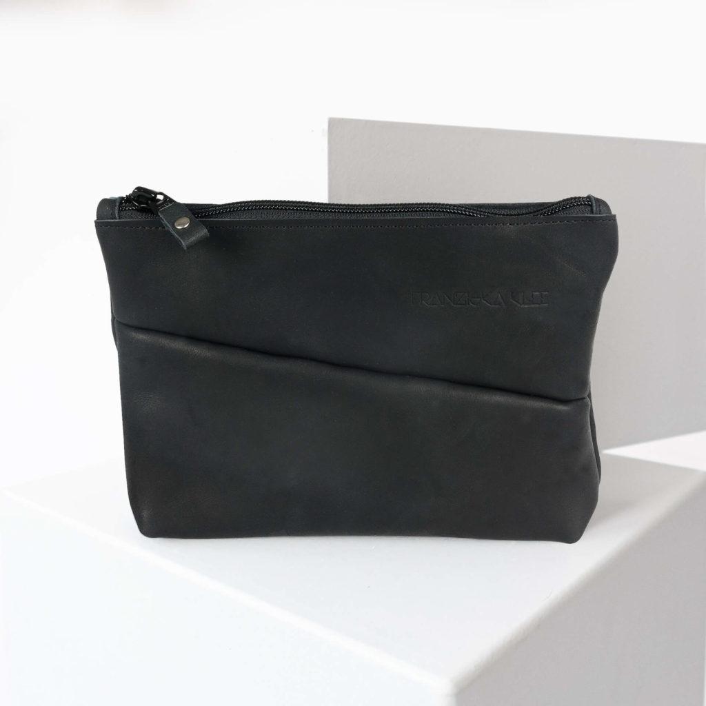Kosmetiktasche Pouch FRA aus nachhaltigem Naturleder in Schwarz geölt von vorn