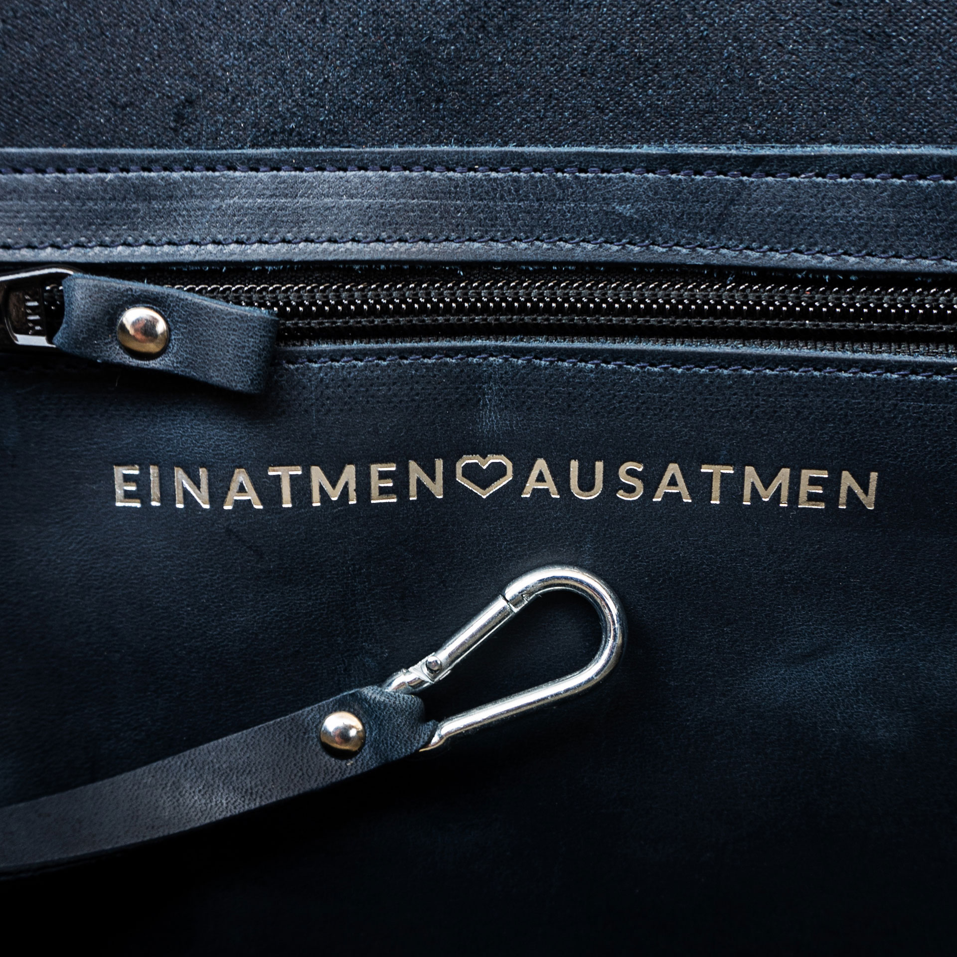 Auf Wunsch kannst du unsere Taschen mit einer persönlichen Botschaft  versehen. In diesem Fall: Einatmen - Herz - Ausatmen.