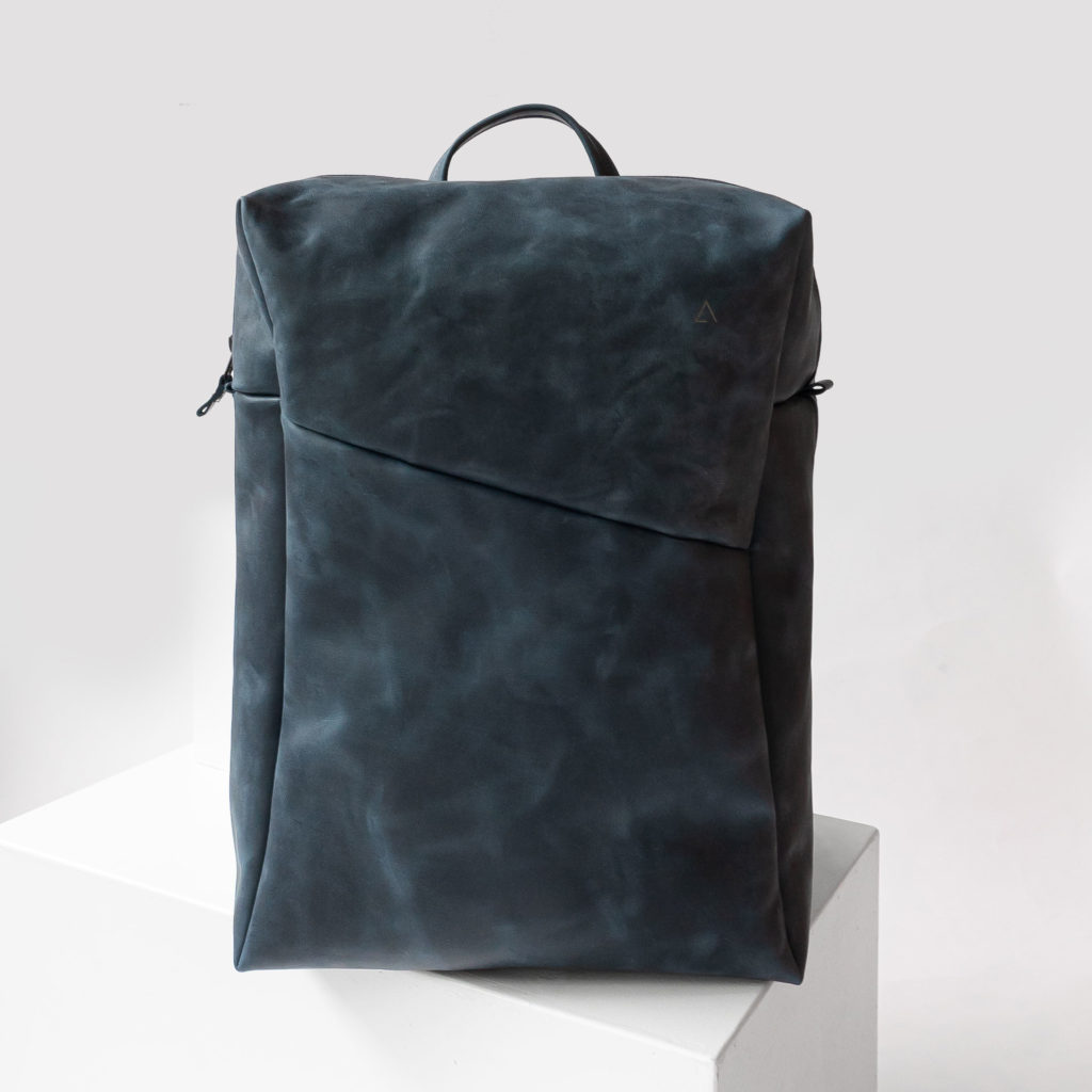 Rucksack NEO Large aus nachhaltigem Naturleder in Dunkelblau mit extra weiter Öffnung