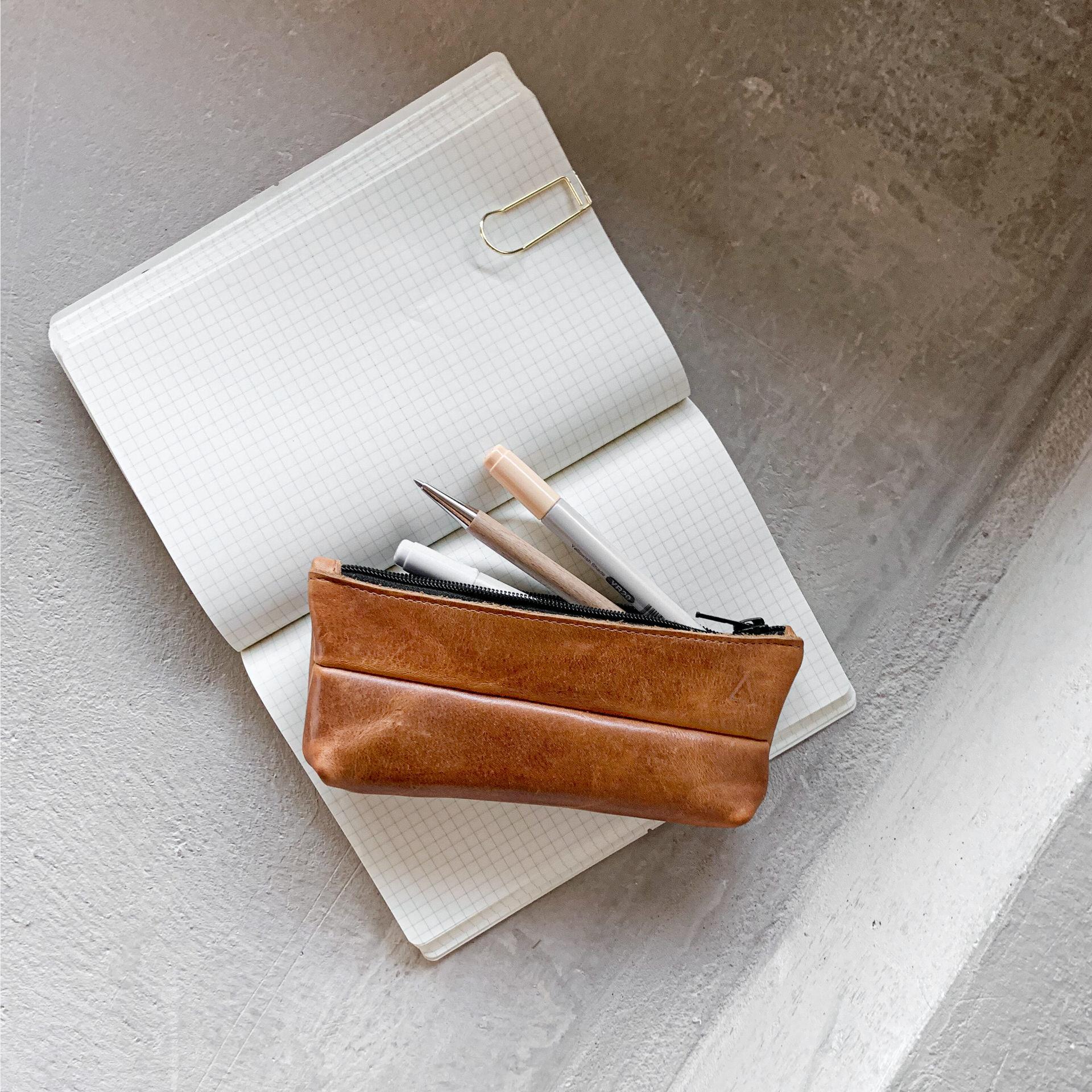 Stifteetui PEN aus nachhaltigem Naturleder in Cognac geölt auf Notizbuch mit Stiften