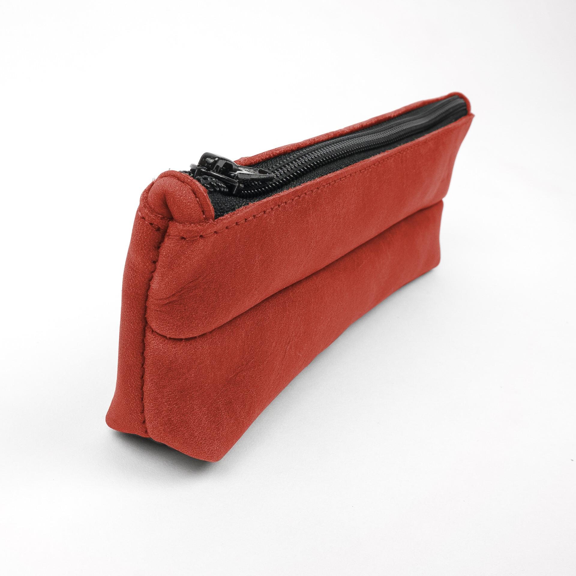 Stifteetui PEN aus nachhaltigem Naturleder in Rot seitlich fotografiert