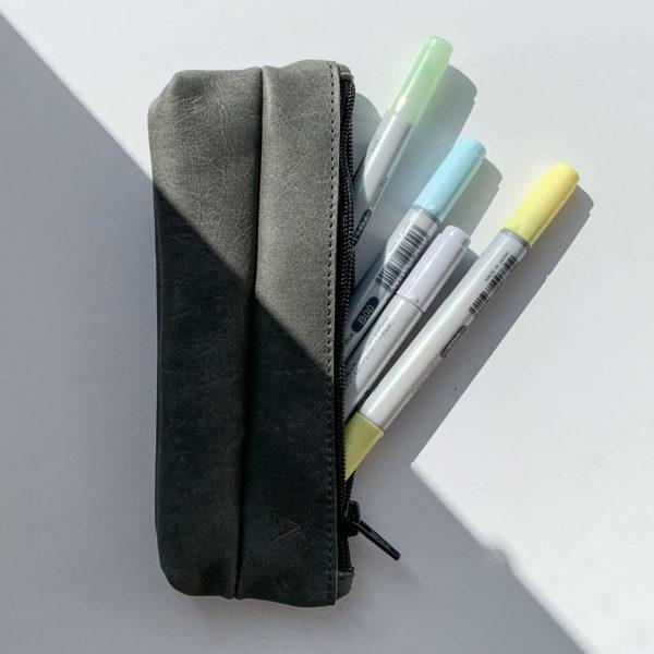 Draufsicht auf Stifteetui PEN aus nachhaltigem Naturleder in Steingrau mit Stiften