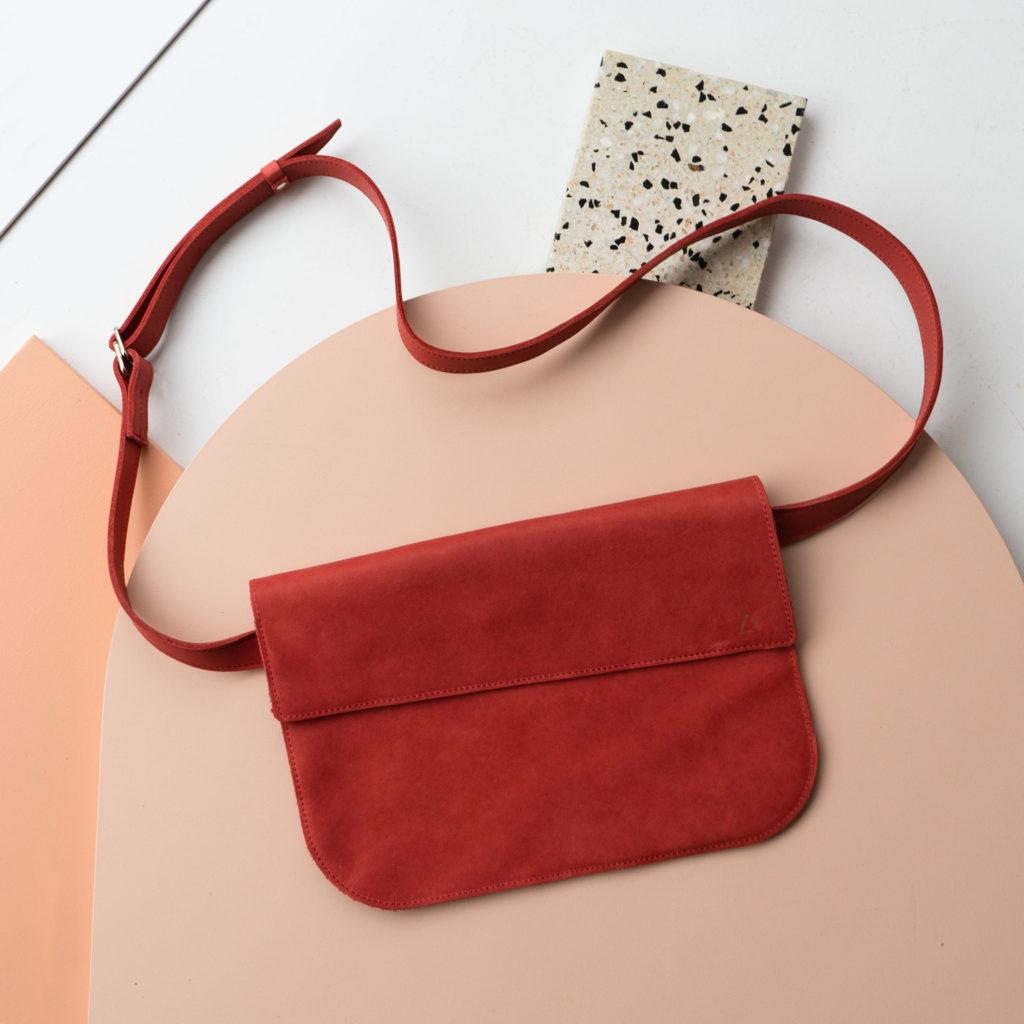 Crossbodybag TEA LARGE aus nachhaltigem Naturleder in Rot mit dezenter Logoprägung und Träger in Wunschlänge