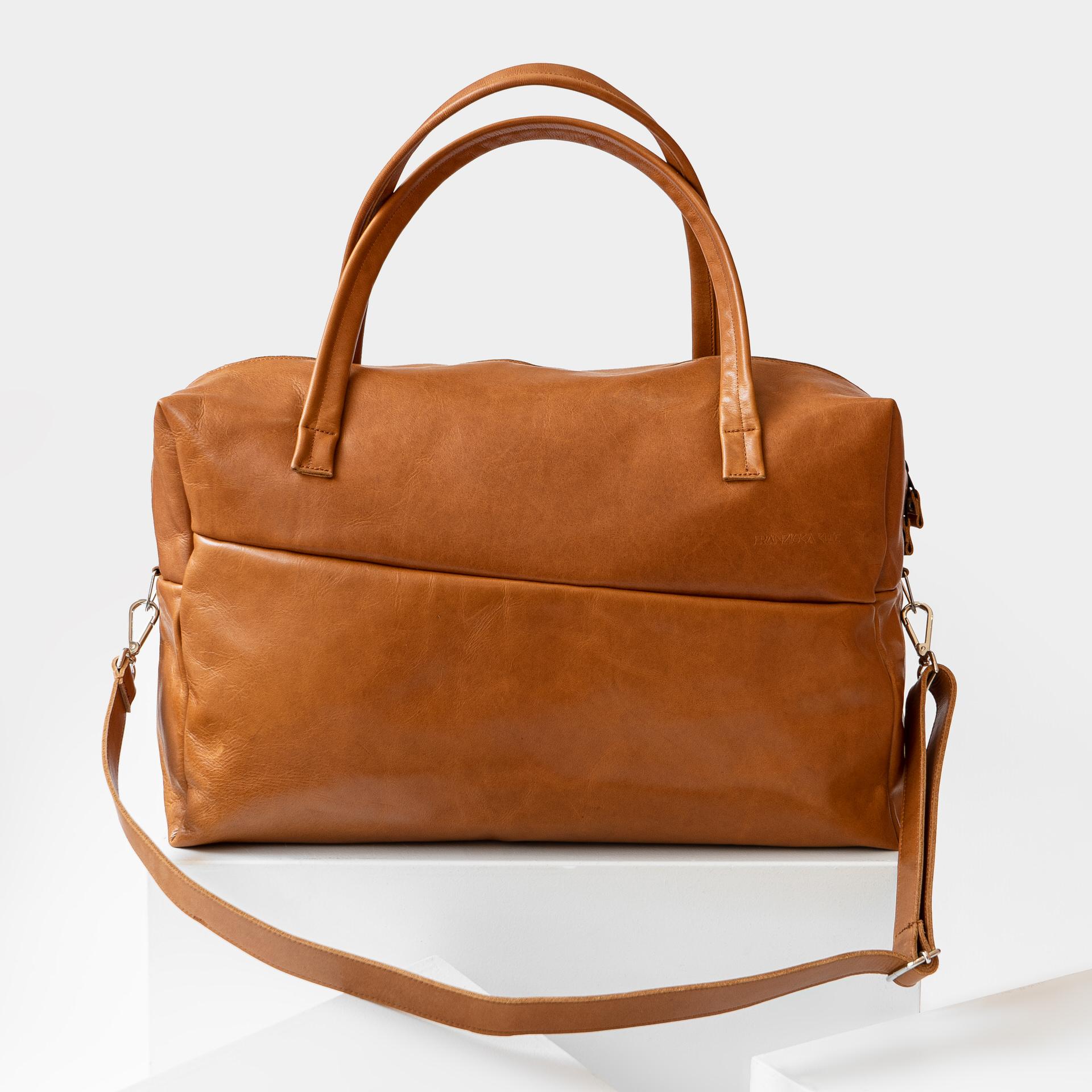 Frontansicht Weekender Reisetasche RIO mit Henkeln und Schultergurt aus cognacfarbenem geölten Naturleder