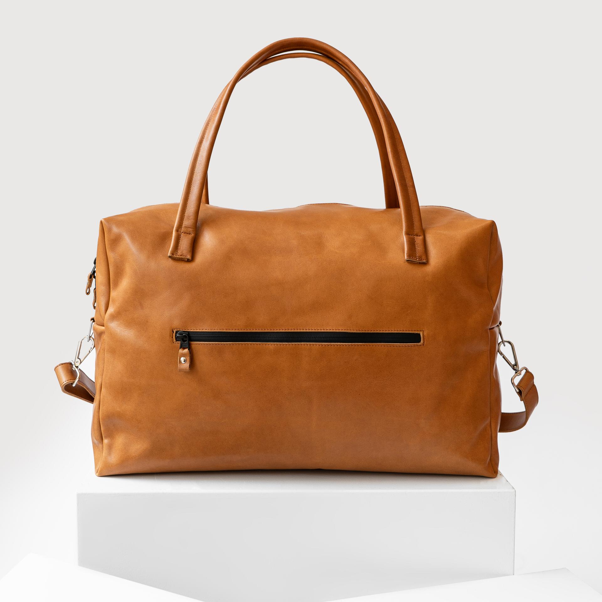 Rückansicht Weekender Reisetasche RIO mit Henkeln und Schultergurt aus cognacfarbenem geölten Naturleder